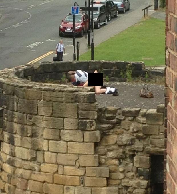 Casal provocou indignação em Newcastle ao ser flagrado fazendo sexo nas antigas muralhas da cidade (Foto: Reprodução/Twitter/Simon Gallagher)
