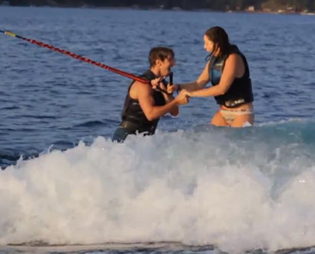 Matthew fez o pedido à namorada Brynn enquanto ambos praticavam wakeboard (Foto: YouTube/Reprodução/Matthew Gencarella)