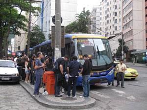 Passageiros não encontram problemas para embarcar nos ônibus especiais, em Copacabana (Foto: Alba Valéria Mendonça/G1)