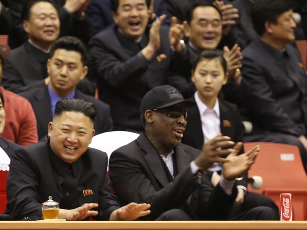 Ditador norte-coreano Kim Jong-un e o ex-astro da NBA Dennis Rodman assitem a uma partida de basquete com jogadores norte-americanos na arena em Pyongyang, Coreia do Norte, no dia 28 de fevereiro deste ano (Foto: Jason Mojica/VICE Media/AP)