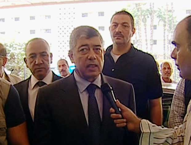 Imagem feita a partir da TV estatal egípcia o mostra ministro do Interior egípcio Mohammed Ibrahim respondendo a um repórter depois de uma explosão no Cairo (Foto: TV estatal egípcia/ AP)
