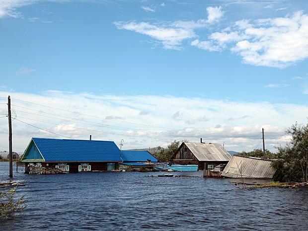 Casas inundadas no município de Khorpinsky (Foto: Vladimir Kosarev/AFP)