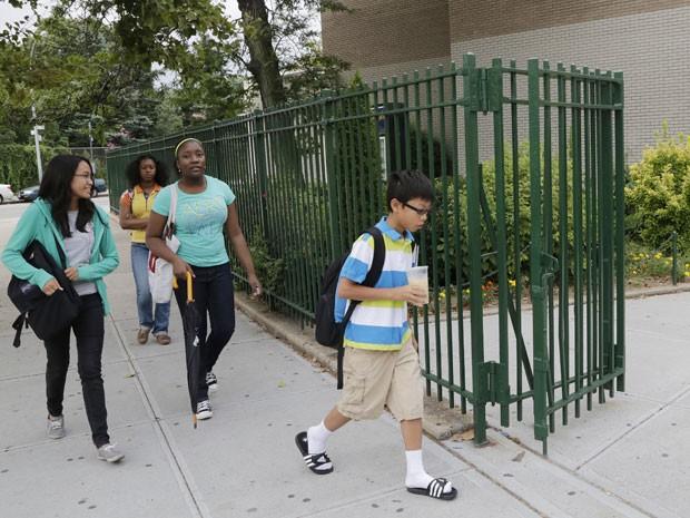 Alunos adolescentes rendem melhor quando entram na escola mais tarde, segundo pesquisa (Foto: Mark Lennihan/AP)