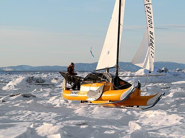 Imagem de julho de 2011 mostra o francês Sebastien Roubinet, da Expedição Adrenalina, fazendo testes em seu catamarã híbrido, capaz de velejar em água e gelo, no rio Saint-Laurent, na província de Quebec, Canadá (Foto: Adrenaline Expedition/AFP)