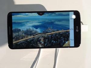 Imagem de jogo para celular é enviada para TV sem a necessidade de fios (Foto: Bruno Araujo/G1)