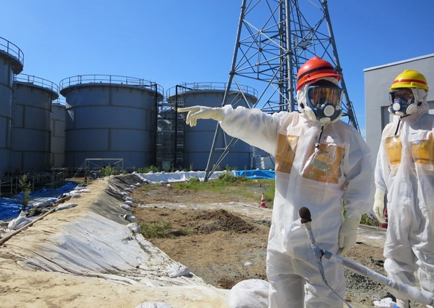 Tanques de água contaminada na usina de Fukushima durante inspeção, no fim de agosto (Foto: Tepco/AFP)