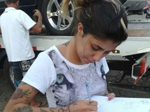 Gabriela Rippi, namorada do cantor Ariel, do Pollo, dá autógrafo à estudante Jéssica Silva, de Cambuí (MG) (Foto: Jéssica Silva/Arquivo Pessoal)