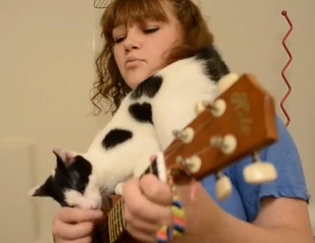 Riley tenta de todas as maneiras continuar a músicas, mas é interrompida a todo momento pelo gato (Foto: YouTube/Reprodução/Riley Brown)