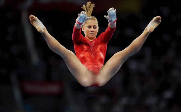 Roupa de ginasta teria se rompido em pleno salto! Verdadeiro ou falso? (foto: Reprodução/Facebook)