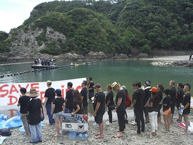 Faixa pede 'Salvem os golfinhos' (Foto: Dolphin Project/AP)