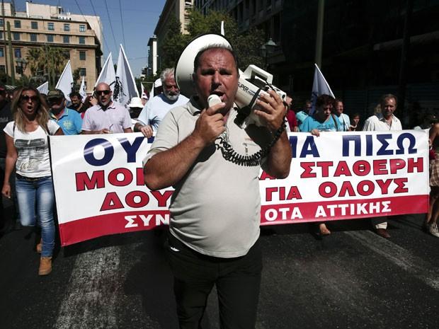Manifestantes protestam em frente ao Parlamento grego nesta terça-feira (24) (Foto: Yorgos Karahalis/Reuters)