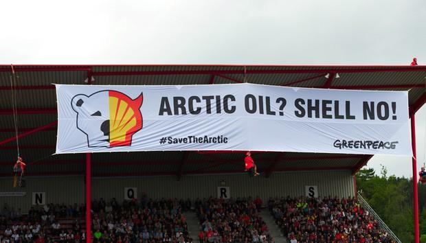 Ativistas começam a escalar estrutura de plataforma de petróleo na Rússia. (Foto: AFP Photo/Greenpeace/Denis Sinyakov)