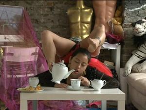 Leylani Franco é capaz de servir e beber chá usando seus pés (Foto: Reprodução/ BBC)