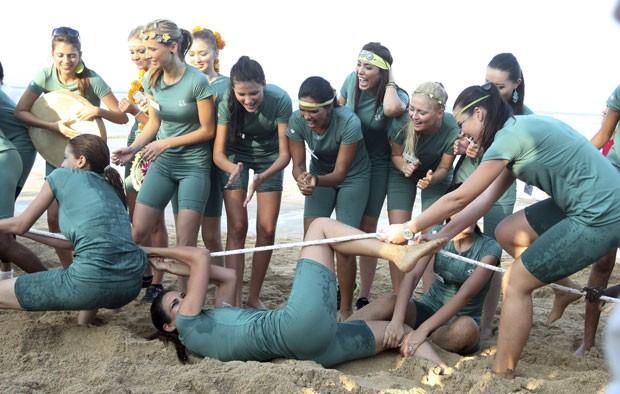 andidatas do concurso Miss Mundo se empolgaram nesta terça-feira (10) durante a disputa de cabo de guerra na praia de Nusa Dua (Foto: Firdia Lisnawati/AP)