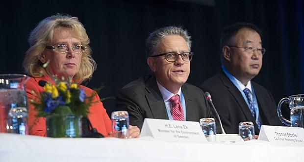 Ministra do Meio Ambiente da Suécia, Lena Ek, e integrantes do painel do IPCC Thomas Stocker e Qin Dahe (Foto: Bertil Eneväg Ericson/TT/Scanpix Sweden/AFP)