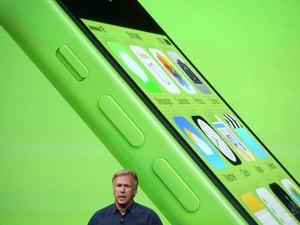 Phill Schiller, vice-presidente de marketing da Apple, mostra o novo iPhone 5C, modelo a baixo custo do smartphone da companhia. (Foto: Justin Sullivan/France Presse)