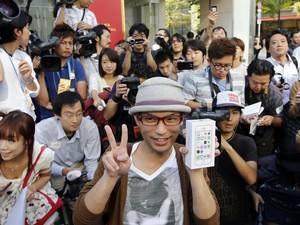 Japonês posa com caixa do iPhone 5S nesta sexta (20) após ficar 10 dias na fila em Tóquio, no Japão, esperando pelo novo smartphone da Apple (Foto: Toru Hanai/Reuters)