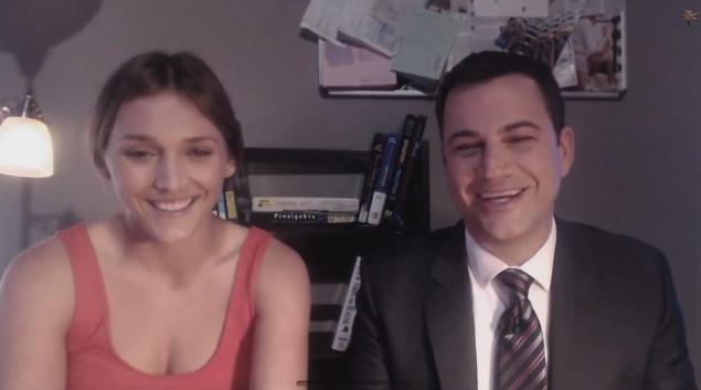 Jimmy Kimmel e a dublê Daphne Avalon em entrevista ao vivo pelo YouTube (foto: Reprodução/YouTube)