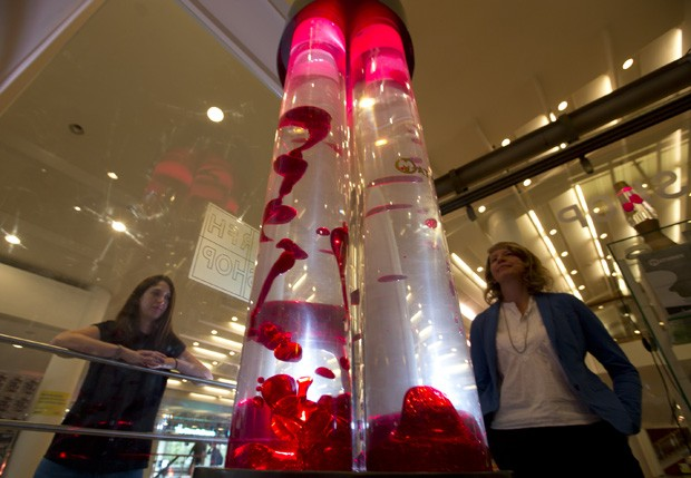 Maior 'lâmpada de lava do mundo' foi exibida em Londres, na Inglaterra (Foto: Alastair Grant/AP)