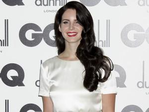 Lana Del Rey na cerimônia em que foi premiada 'mulher do ano' pela 'GQ' britânica, em Londres, na terça (4) (Foto: AP/Jonathan Short)