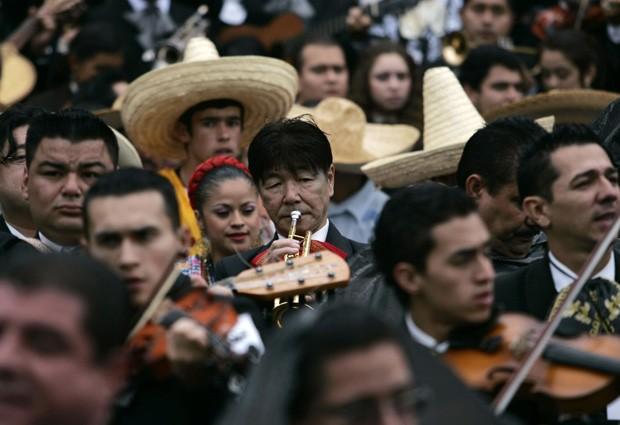 Músicos, vindos de diversos países, tocaram a mesma música tradicional por cinco minutos (Foto: Alejandro Acosta/Reuters)