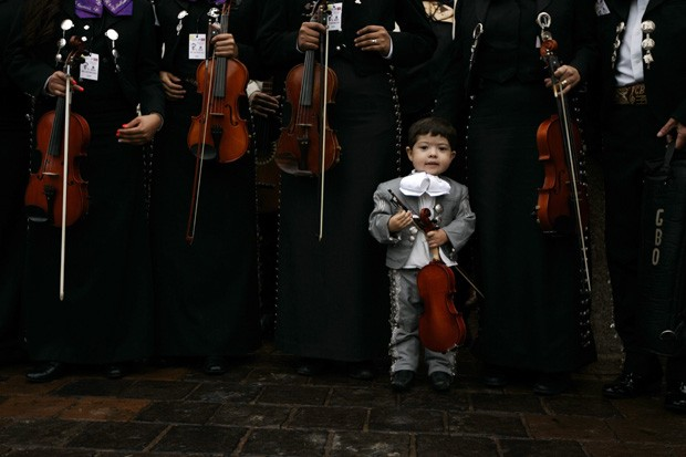 Menino vestido de mariachi é flagrado durante quebra de recorde no México (Foto: Alejandro Acosta/Reuters)