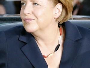 Angela Merkel, chanceler da Alemanha, usa colar com as cores da bandeira do país durante debate político na TV (Foto: Reuters)