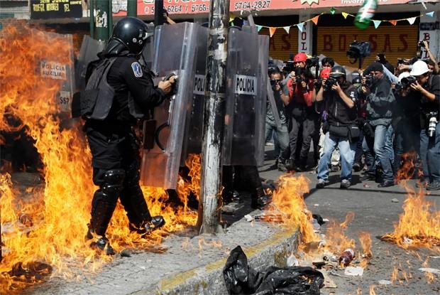 Milhares de policiais montaram barreiras para impedir a marcha dos amnifestantes até o congresso mexicano (Foto: Reuters)