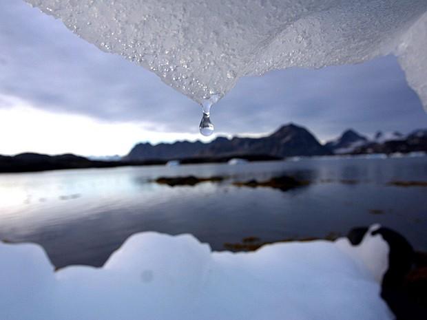 Imagem de arquivo feita em agosto de 2005 do derretimento de um iceberg em Kulusuk, na Groenlândia, perto do Círculo Polar Ártico (Foto: John McConnico/AP)