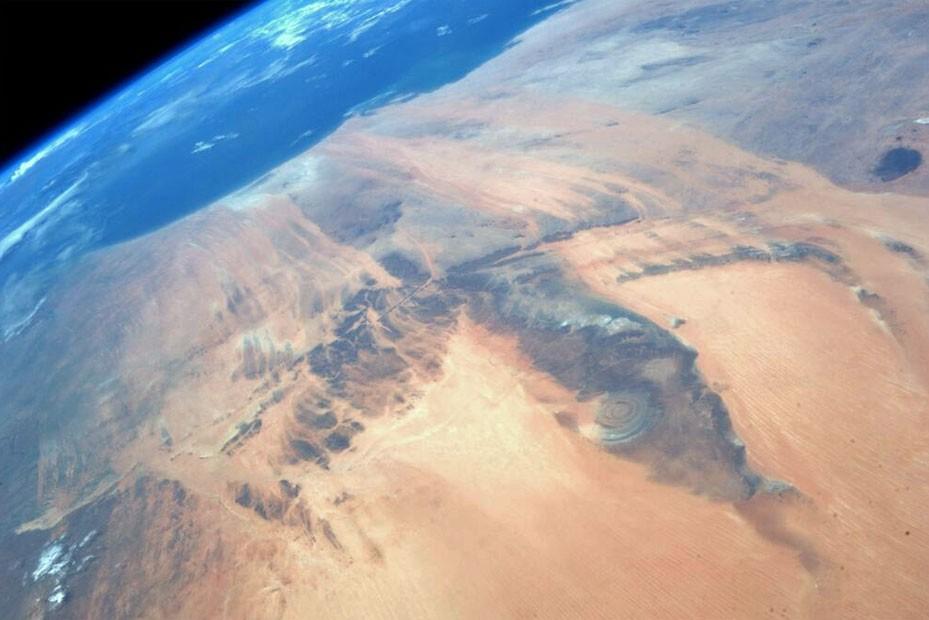 Imagem feita da Estação Espacial Internacional pela astronauta Karen Nyberg mostra formação geológica localizada no meio do deserto do Saara (Foto: Reprodução/Twitter/AstroKarenN)