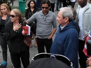 Pais de Champignon falam na saída do velório (Foto: AgNews)