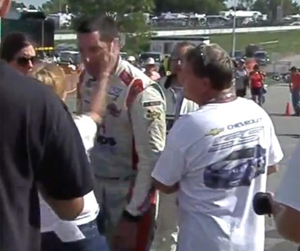 Namorada de piloto deu tapa em rosto de Max Papis após rival causar acidente durante a prova (Foto: Reprodução/YouTube/TheSlickAndrew24)