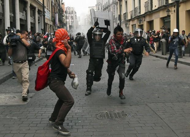 Manifestantes e policiais entraram em confronto (Foto: AP)