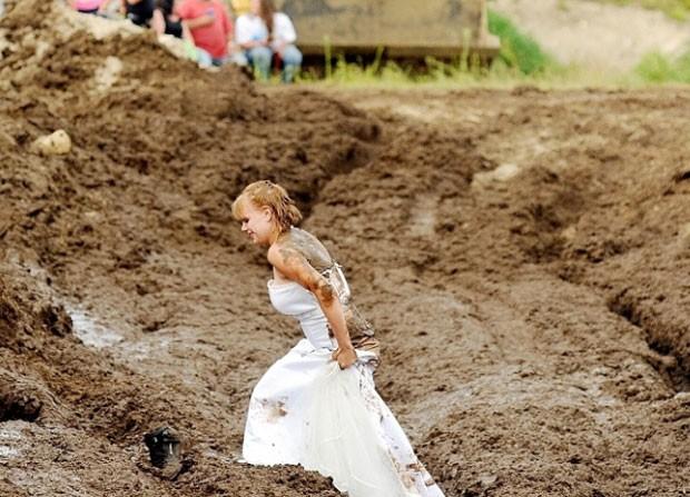 Logo depois de se casar com Jeff Gould, a americana Lucretia Gould participou de uma corrida na lama (Foto: Daryn Slover/Sun Journal/AP)