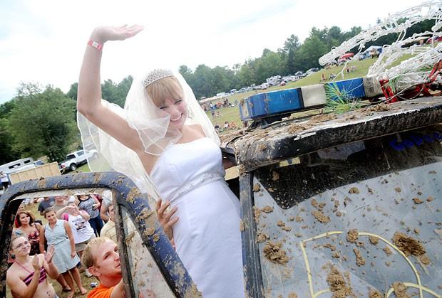 Depois, em vez de um carro de luxo, Lucretia seguiu em um veículo do todo sujo de lama (Foto: Daryn Slover/Sun Journal/AP)
