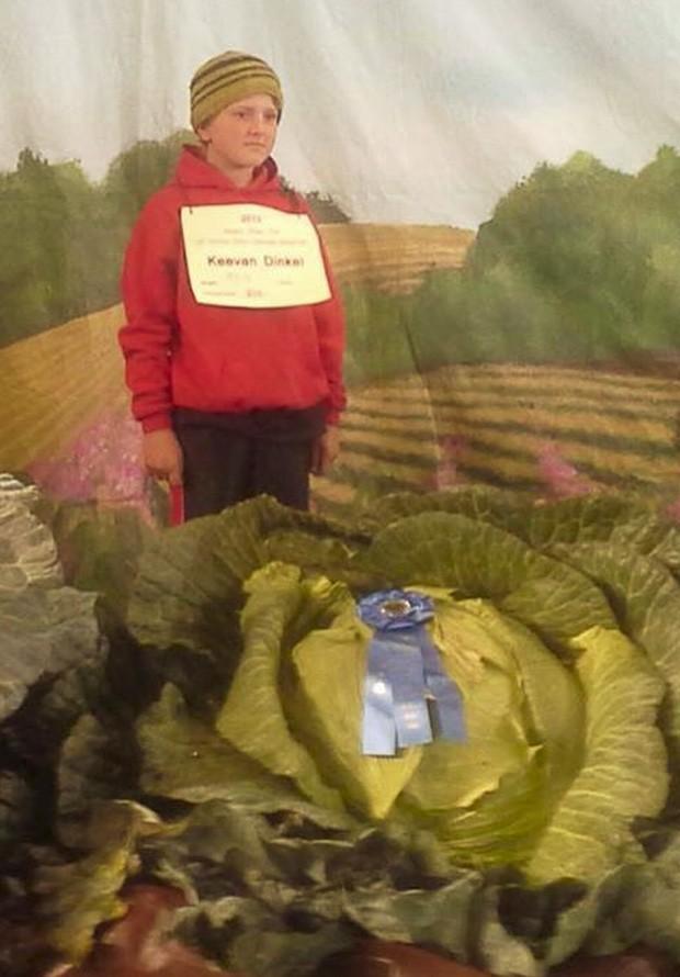 Com apenas 10 anos, Keevan Dinkel venceu feira anual com repolho de 41 kg (Foto: Reprodução/Facebook/Alaska State Fair)