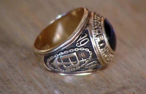 Homem recuperou anel de formatura após 45 anos graças ao Facebook (Foto: AP)
