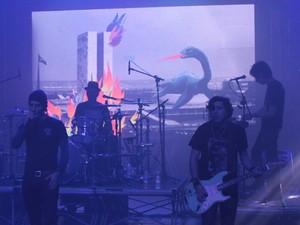 Capital Inicial ensaia a música 'Saquear Brasília' para o Rock in Rio. Durante a música, o telão vai mostrar animação com a cidade em chamas (Foto: Rodrigo Ortega/G1)