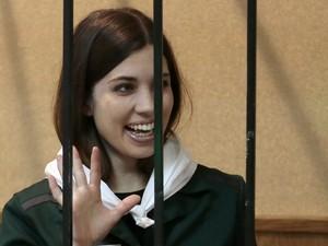 Nadezhda Tolokonnikova, membro da banda punk Pussy Riot, acena para apoiadores em um tribunal distrital em Zubova Polyana, 440 km a sudeste de Moscou. (Foto: Mikhail Metzel/AP)