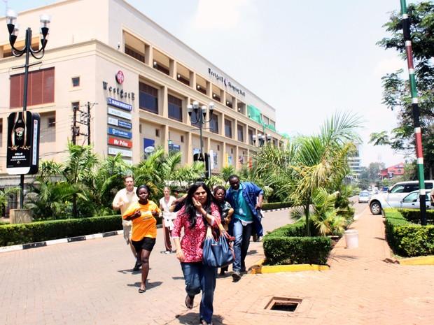 Pessoas fogem do shopping Westgate em Nairóbi (Foto: Jason Straziuso/AP)