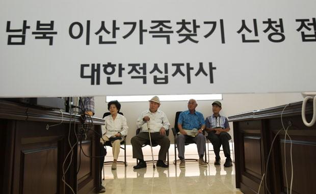 Coreia do Norte adiou encontros de famílias separadas pela guerra (Foto: Ahn Young-joon/AP)