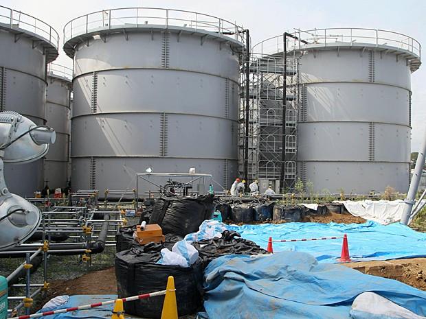 Tanques que armazenam água tóxica na usina de Fukushima, nordeste do Japão, em imagem de sexta-feira (13) (Foto: Kyodo News/AP)