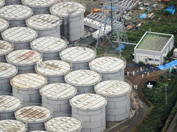 Tanques de armazenamento na usina nuclear de Fukushima. (Foto: Arquivo / Kyodo News / Via AP Photo)