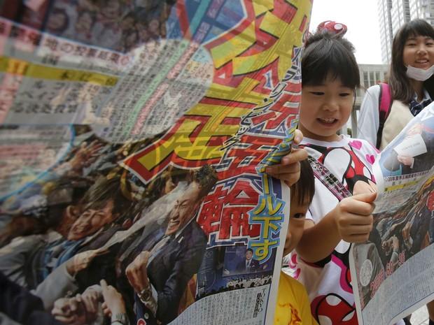 Cidadãos de Tóquio comemoram escolha da capital japonesa para sediar jogos olímpicos de 2020. (Foto: Greg Baker/AP)