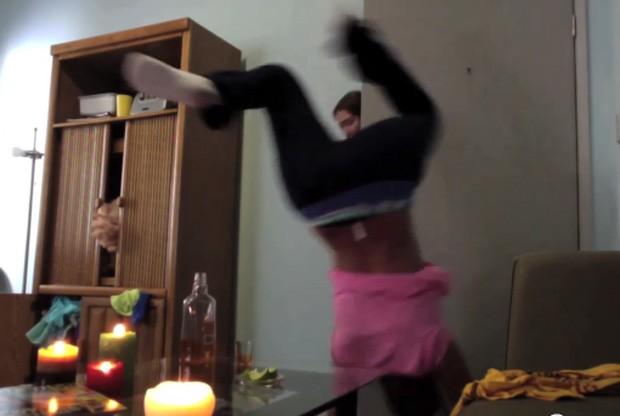Caitlin estava fazendo 'twerking' na porta e acabou caindo em cima de uma mesa (Foto: Reprodução/YouTube/Caitlin Helle)