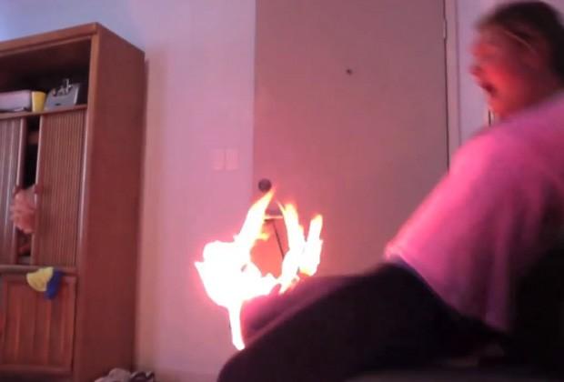 Após cair na mesa, calças da jovem pegaram fogo, mas Caitlin não se feriu com gravidade (Foto: Reprodução/YouTube/Caitlin Helle)