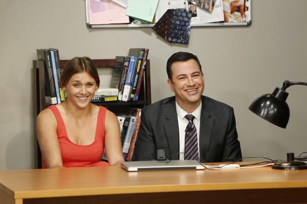 Daphne Avalon, ao lado do apresentador Jimmy Kimmel, revelam durante programa ao vivo que vídeo que virou sensação na web, era, na verdade, uma pegadinha (Foto: ABC, Randy Holme/AP)