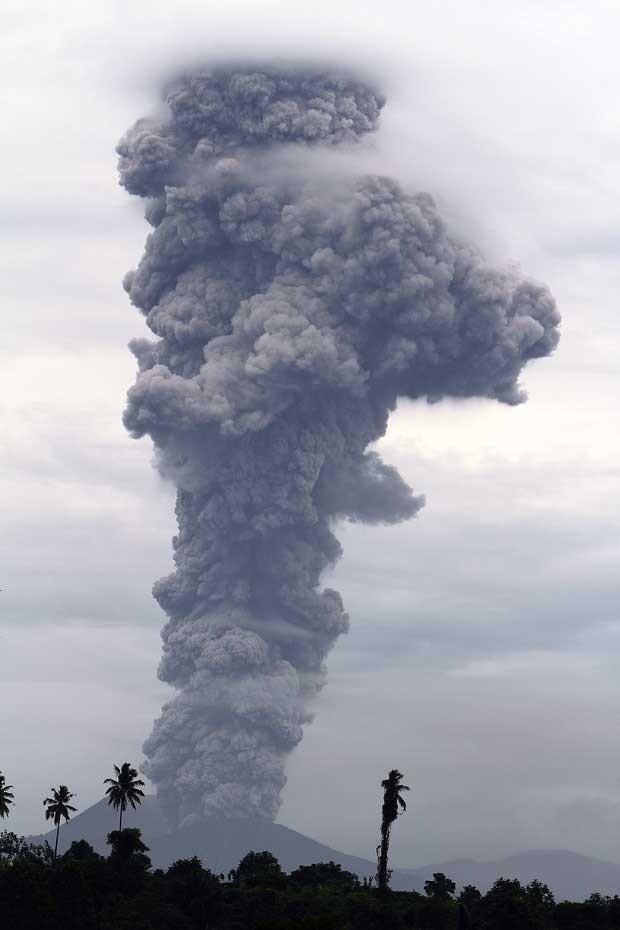 Monte Lokon exple coluna gigante de cinzas em Tomohon, na Indonésia (Foto: Paradika Arif/ AFP)