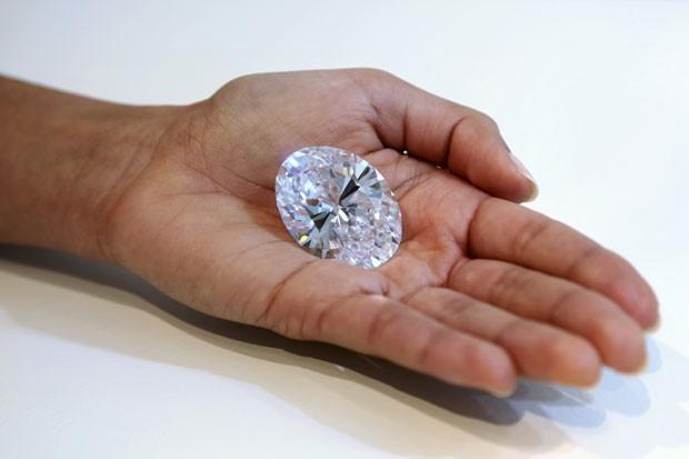 Diamante será leiloado no próximo dia 7 de outubro, em Hong Kong (Foto: Mary Altaffer/AP)