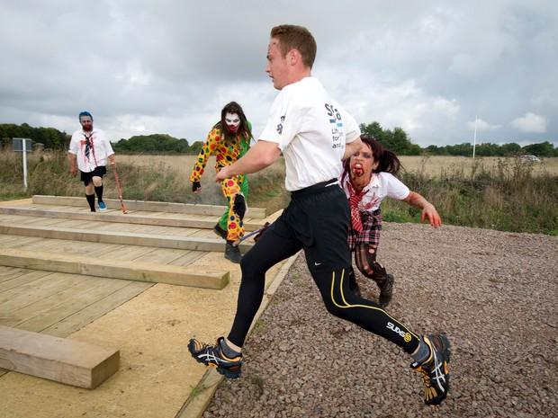 Corrida tinha como objetivo escapar dos zumbis (Foto: AFP PHOTO/Leon Neal)